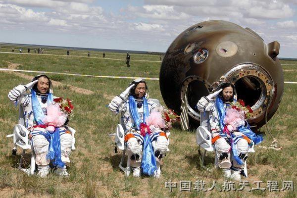 shenzhou-10-post-landing-salute